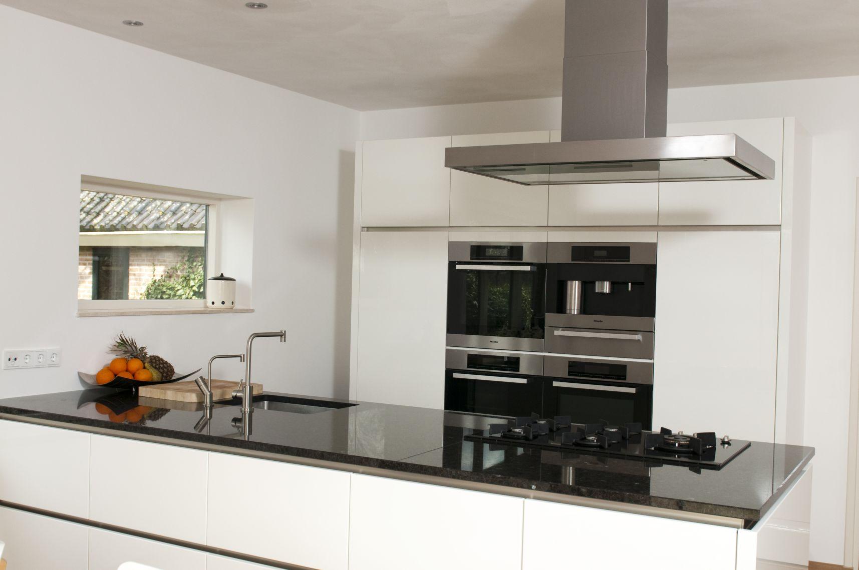 Systemat keuken hoogglans greeploos met miele en quooker twin taps