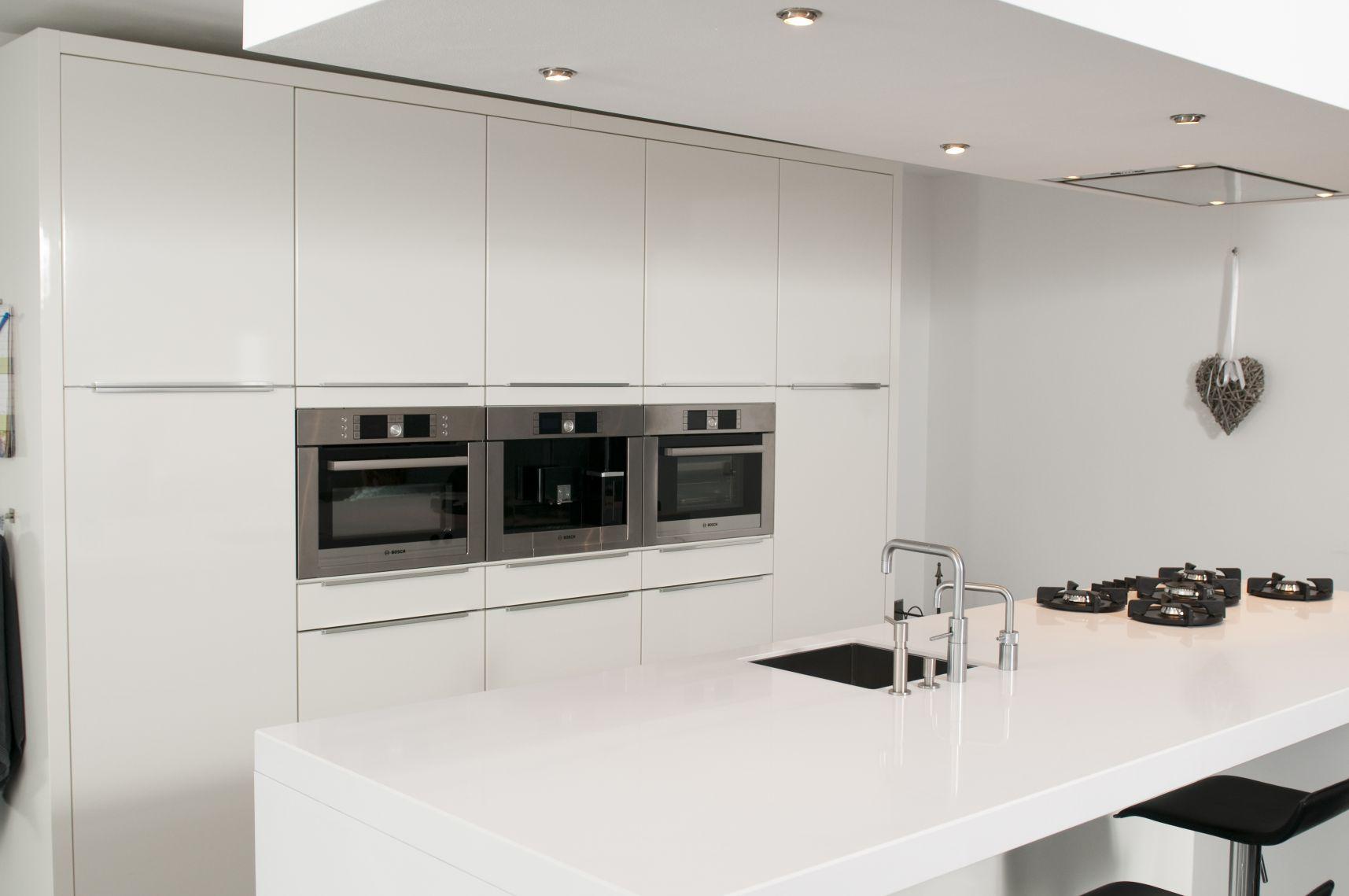 Witte keukens met grijs werkblad - Witte keuken met zwart werkblad ...