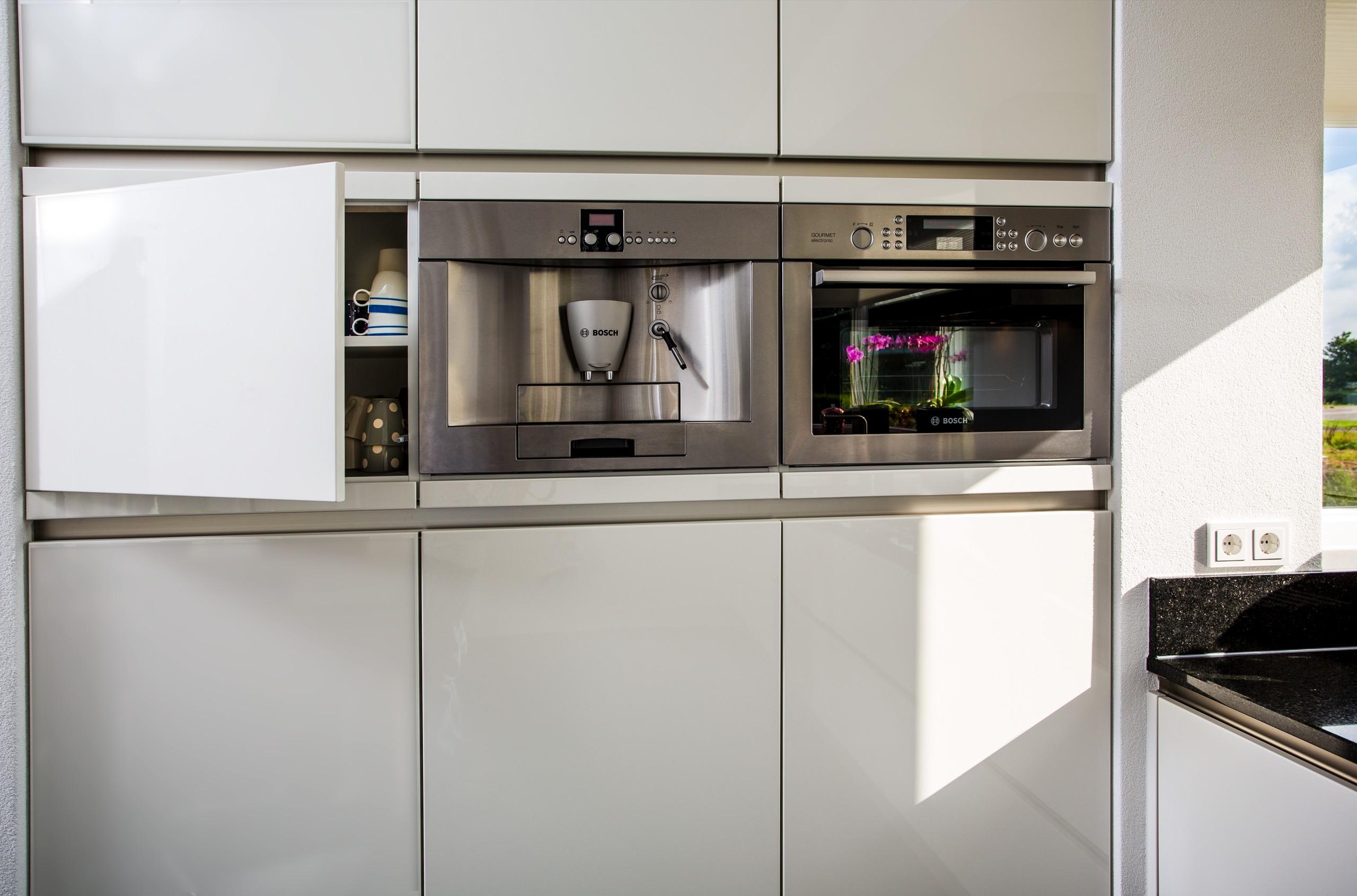 Koffiemachine De Keuken : Witte hoogglans greeploze keuken u2013 artsmedia.info