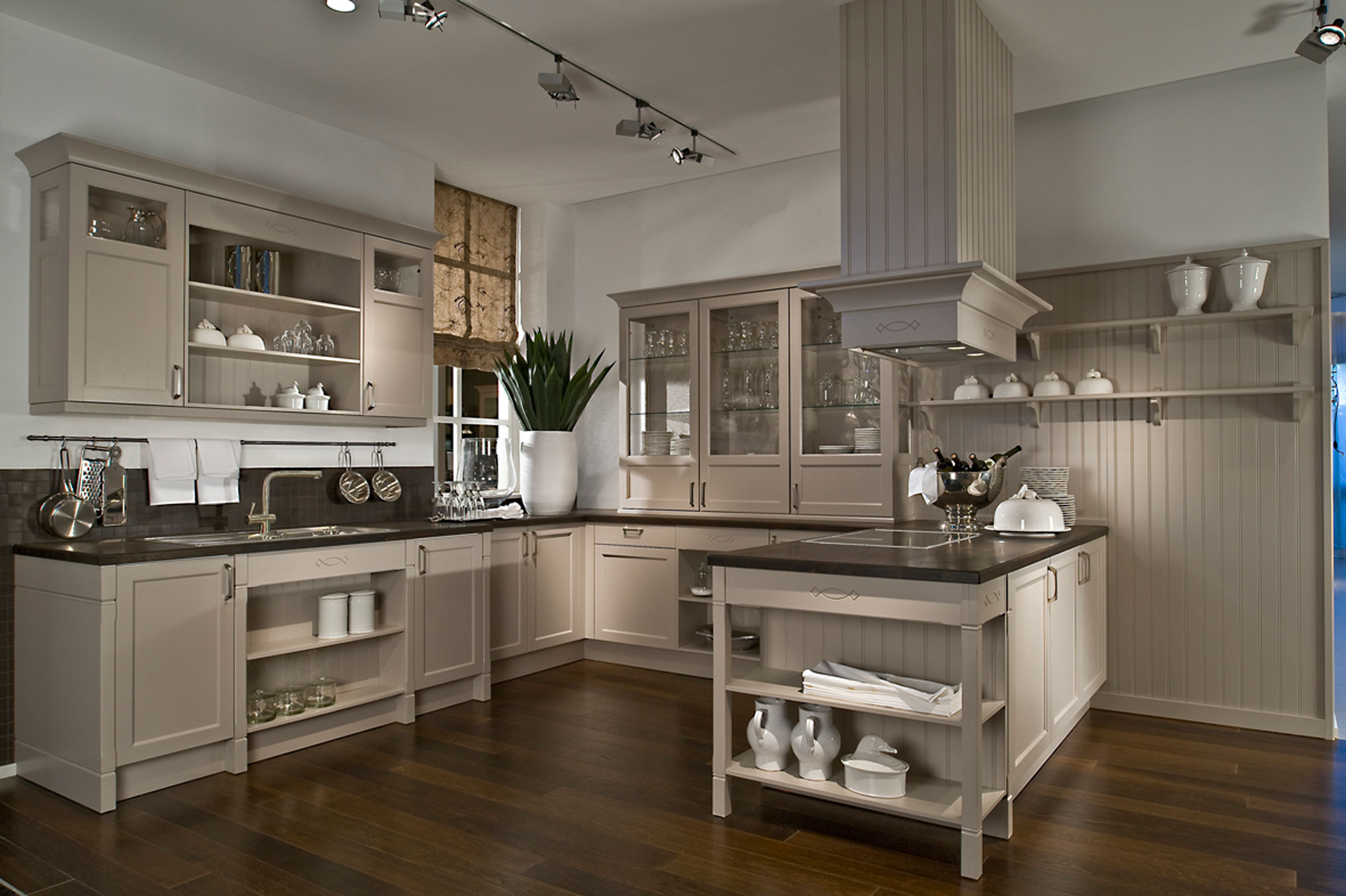 Riviera Maison Stijl Keuken : Traditional Kitchen Painted Cabinets with Wood
