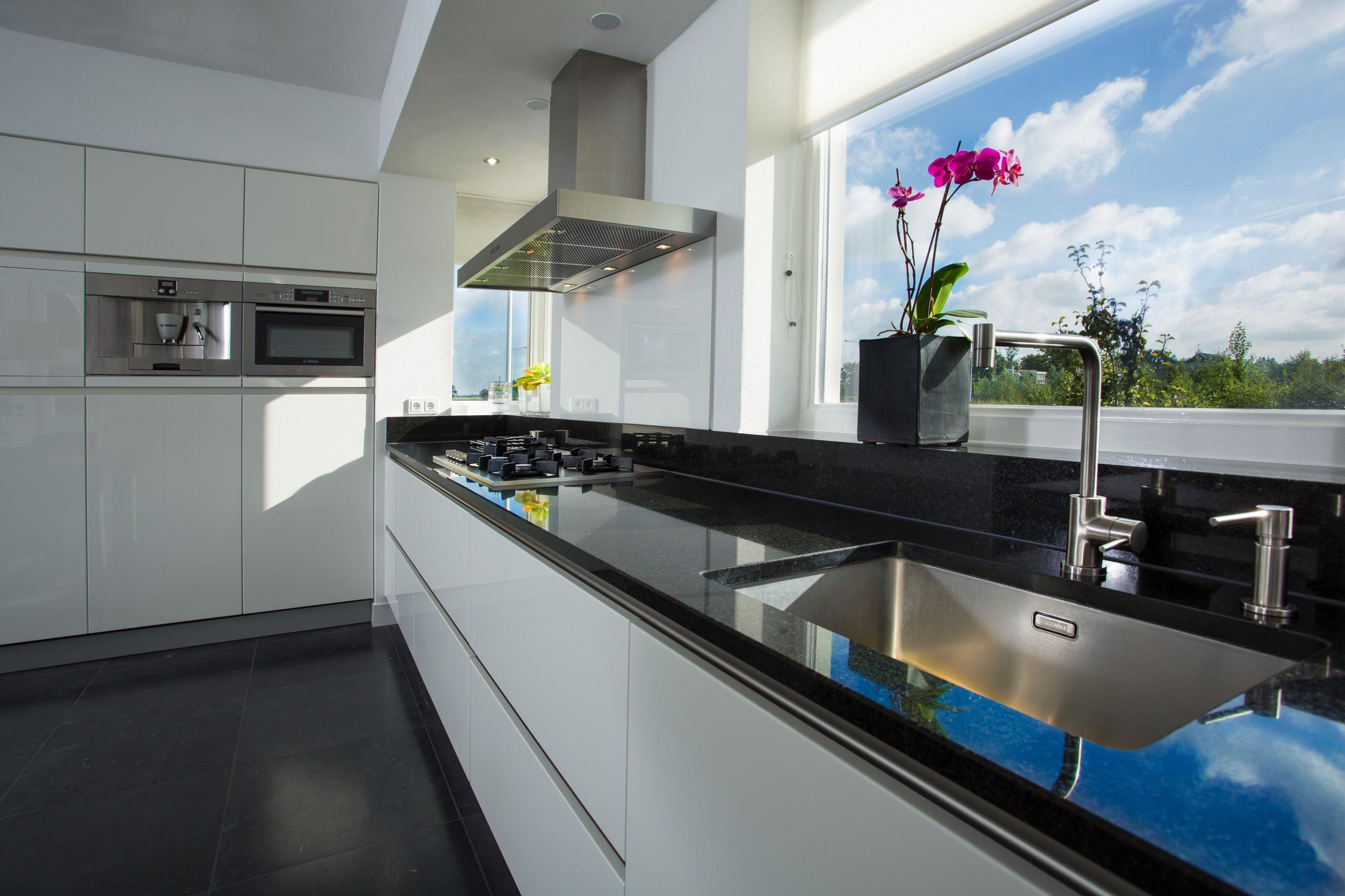 Witte Hoogglans Keuken Greeploos : witte greeploze keuken geplaatste keuken in zwaagwesteinde friesland